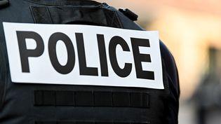 Le dossard d'un agent de police, le 3 décembre 2019 à Lille. Photo d'illustration. (DENIS CHARLET / AFP)