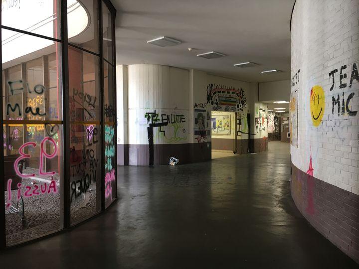 Un couloir de la faculté de Tolbiac tapissé de slogans, le 18 avril 2018, à Paris. (BENOIT ZAGDOUN / FRANCEINFO)