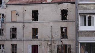 L'extérieur de l'appartement à Saint-Denis (Seine-Saint-Denis), où se trouvaient des personnes soupçonnées d'avoir un lien avec les attentats de Paris, le 18 novembre 2015. (GEOFFROY VAN DER HASSELT / ANADOLU AGENCY / AFP)