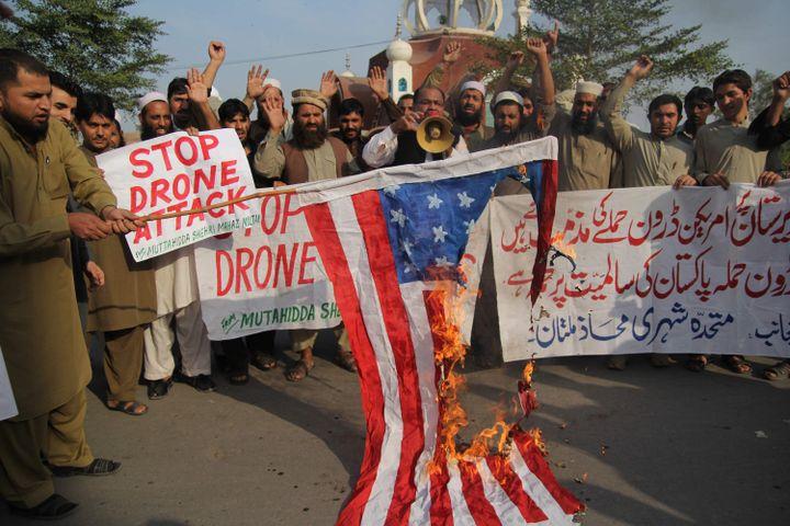 Des Pakistanais manifestant, le 31 octobre 2014 à Multan, contre unefrappe de drone américain perpétrée la veille dans le Waziristan. (SS MIRZA / AFP)