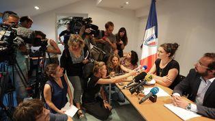 Une policière de la ville de Nice donne une conférence de presse, dimanche 24 juillet, après avoir accusé le cabinet du ministre de l'Intérieur d'avoir fait pression sur elle. (VALERY HACHE / AFP)