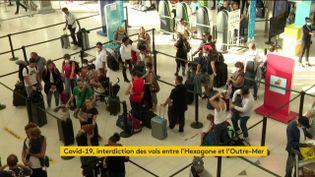Des voyageurs petientent à l'aéroport de Tahiti (FRANCEINFO)