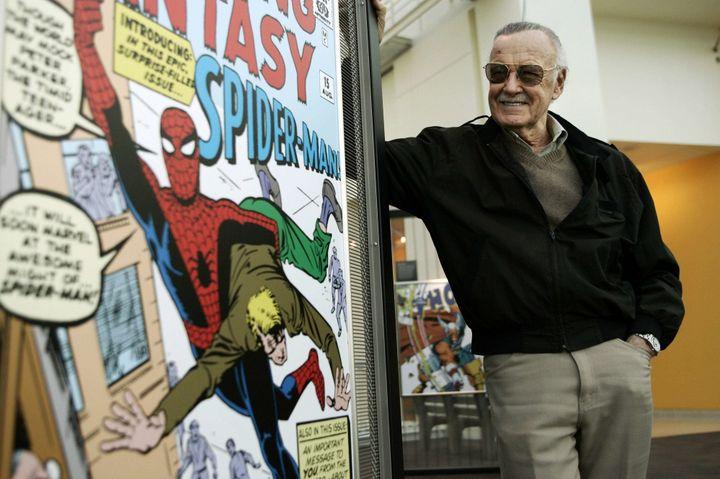 Stan Lee à côté de ses dessins, ici en 2006 au California Science Center in Los Angeles.  (DAMIAN DOVARGANES/AP/SIPA)