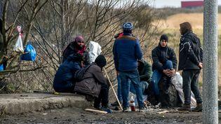 Des migrants à Calais (Pas-de-Calais), le 6 mars 2018. (PHILIPPE HUGUEN / AFP)