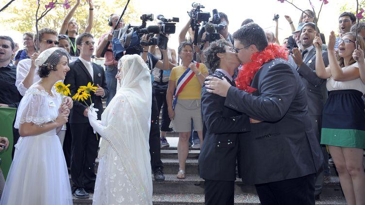 Célébration d'un faux mariage de couples homosexuels lors des journées d'été d'Europe Ecologie-Les Verts à Clermont-Ferrand (Puy-de-Dôme) le 19 août 2011. (BERTRAND GUAY / AFP)