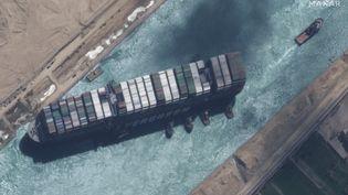 """Image satellite (Maxar Technologies) montrant le canal de Suez et le cargo """"Ever Given"""", le 29 mars 2021. Le bateau a été remis à flot le 29 mars, après une semaine de blocage de cette voie maritime stratégique. (SATELLITE IMAGE / 2021 MAXAR TECH / AFP)"""