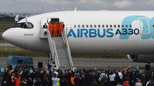 Airbus est visée par une enquête pour corruption. Ici, à l'atterrissage du premier vol de l'Airbus A330, le 19 octobre à Toulouse. (PASCAL PAVANI / AFP)