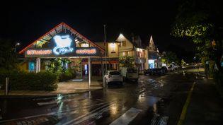 Un restaurantauxTrois-Ilets, en Martinique, fermé en raison du couvre-feu, le 30 juillet 2021. (LIONEL CHAMOISEAU / AFP)
