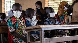 Masque obligatoire désormais dans les écoles du Burkina Faso où les cours ont repris le 1er octobre 2020 après six mois d'interruption en raison du coronavirus. (OLYMPIA DE MAISMONT / AFP)