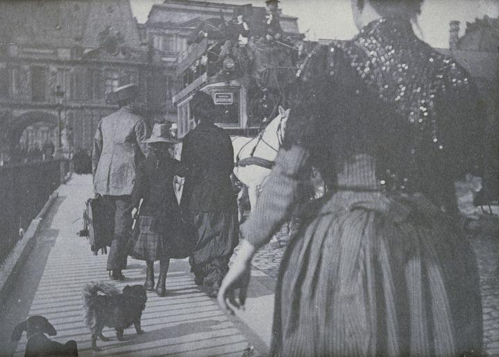 """Henri Rivière (1864-1951), """"Personnages, deux chiens et voiture à impériale sur le pont du Louvre""""n entre 1885 et 1895, Paris, Musée Marmottan  (Photo © RMN-Grand Palais (musée d'Orsay) / Hervé Lewandowski ©ADAGP, Paris, 2021)"""