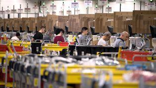 Des employés d'Amazon dans un entrepôt à Bad Hersfeld, en Allemagne, le 7 décembre 2017. (SWEN PFORTNER / DPA / AFP)