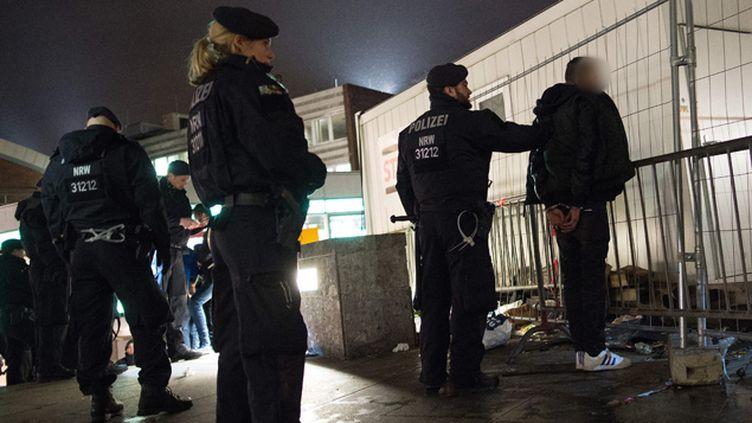 (La police allemande multiplie les contrôles à Cologne dans le cadre de l'enquête sur des agressions la nuit du Nouvel an © MaxPPP)
