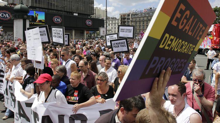 Manifestation en faveur du mariage lors de la Gay Pride à Paris, le 30 juin 2012. (MAL LANGSTON / REUTERS)