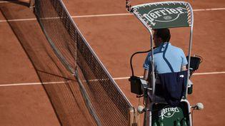Un arbitre supervise une rencontre, le 7 juin 2015, à Roland-Garros, à Paris. (JEAN MARIE HERVIO / DPPI MEDIA / AFP)