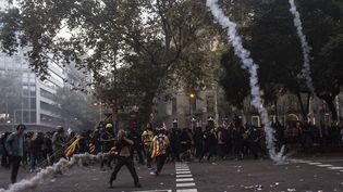 Des forces de l'ordre font usage de gaz lacrymogène contre des manifestants, vendredi 18 octobre 2019 à Barcelone (Espagne). (ISIDRE GARCIA PUNTI / NURPHOTO / AFP)