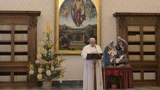 Le pape François lors de la prière de l'Angélus, vendredi 1er janvier 2020 au Vatican. (HANDOUT / VATICAN MEDIA / AFP)