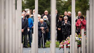 Des participants à l'hommage rendu mardi 21 septembre à l'explosion industrielle de septembre 2001 à l'usine chimique AZF à Toulouse. (LIONEL BONAVENTURE / AFP)