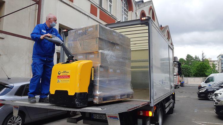 Gilles charge son camion pour aller livrer les hôpitaux de l'AP-HP en matériel médical, à Charenton-le-Pont (Val-de-Marne), le 30 avril 2020. (SOLENNE LE HEN / RADIO FRANCE)