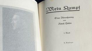 """Une exemplaire de """"Mein kampf"""" signée par Adolf Hitler, lors d'une vente en Californie, 2014  (FREDERIC J. BROWN / AFP)"""