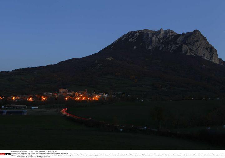 Le village de Bugarach (Aude), au pied du pic éponyme, le 22 novembre 2012. Ce promontoire serait une rampe de décollage pour un vaisseau martien chargé de sauver certains humains de la fin du monde. (FRED SCHEIBER / SIPA)