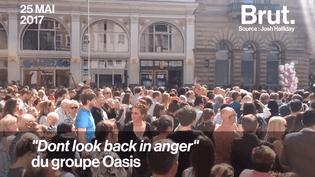 """De nombreuses personnes étaient réunies le 25 mai, suite à l'attentat de Manchester, elles ont entonné ensemble la chanson """"Don't look back in anger"""" du groupe Oasis en hommage aux victimes.  (Brut)"""