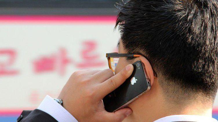 Les Coréens du Sud seraient les plus nombreux à posséder des téléphones mobiles et à se connecter à Internet. (DANIEL KALKER / DPA / DPA PICTURE-ALLIANCE/AFP)