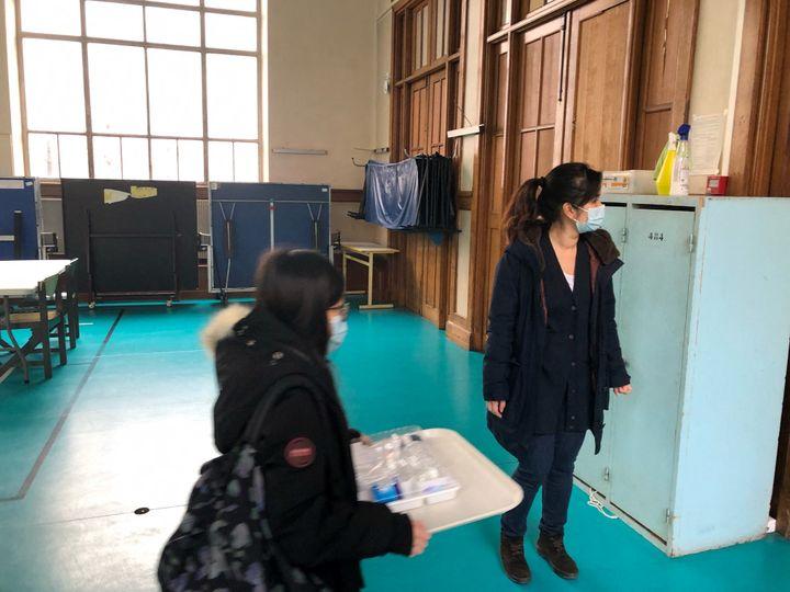 Une mère d'élève vient aider bénévolement l'équipe de surveillants de la cité scolaire La Fontaine à Paris (16e arrondissement). (ALEXIS MOREL / FRANCE-INFO)