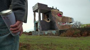 Nouvelle transformation d'un blockhaus de Fermanvilleen gorille de la mer par le street artiste Bleasea (France 3 Normandie)