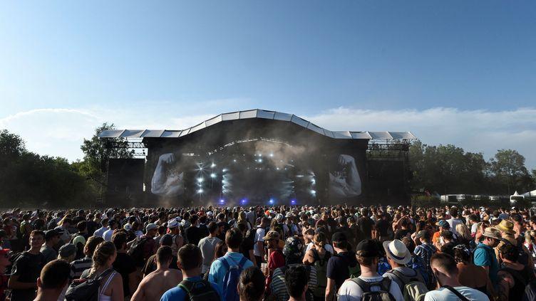 Foule au concert du groupe de metalMass Hysteria lors des Eurockéennes, en 2019. (SEBASTIEN BOZON / AFP)