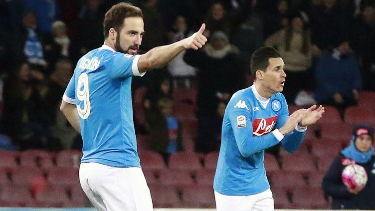 Face au Chievo Vérone, Gonzalo Higuain (à gauche), l'attaquant du Napoli, a inscrit son 26e but de la saison en Serie A. (CARLO HERMANN / AFP)