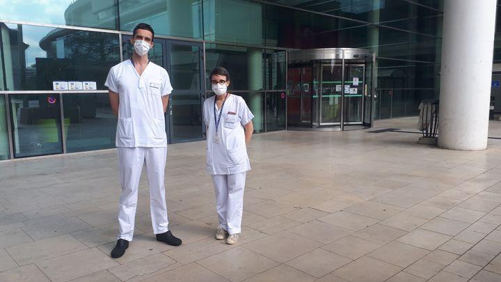 Youenn Jouan et Charlotte Salmon, médecins réanimateurs au CHU de Tours, le 27 avril 2020. (GAELE JOLY / RADIO FRANCE)