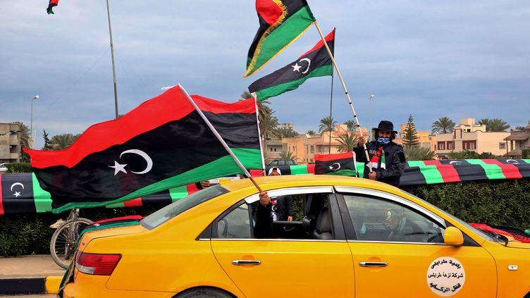 Des habitants de Tripoli célèbrent les dix ans de la révolution en Libye, en février 2021. (MAHMUD TURKIA / AFP)