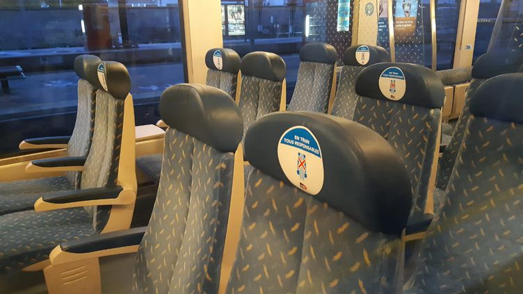 Un siège sur deux condamné dans ce train TER, en gare de Valence (Drôme). (NATHALIE RODRIGUES / RADIO FRANCE)