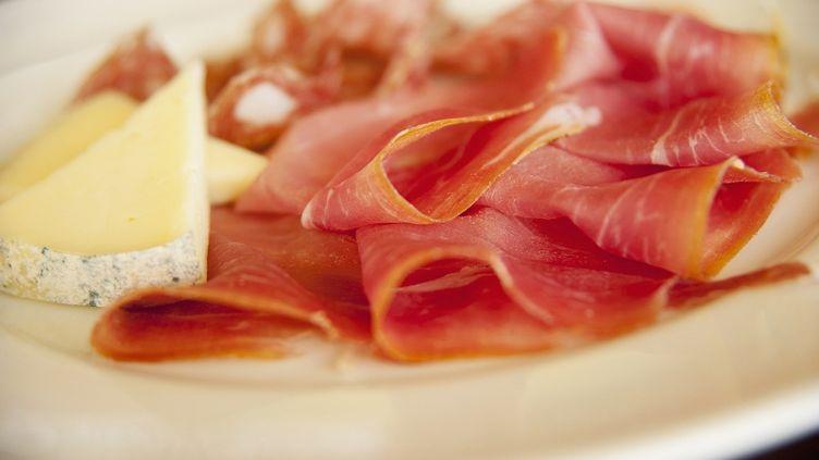 Les Français consomment six fois plus de fromage et cinq fois plus de charcuterie que les Américains. (JOHN RIZZO / GETTY IMAGES)