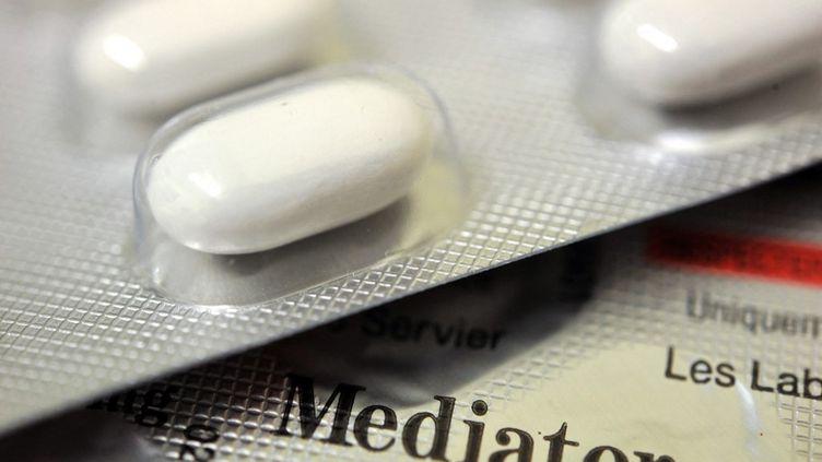 Une plaquette du médicament Mediator, commercialisé par les laboratoires Servier, en janvier 2011. (FRED TANNEAU / AFP)