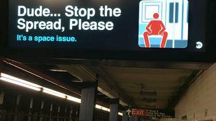 """Une campagne contre le """"manspreading"""" dans le métro new-yorkais, le 12 mai 2017. (GREGOR THOLL / DPA / AFP)"""