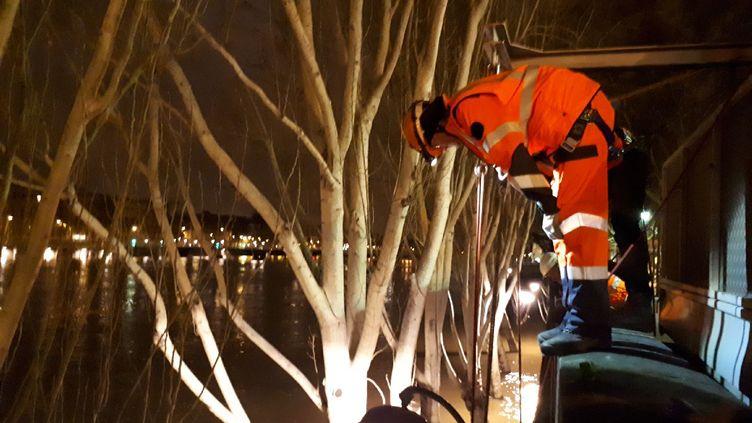 Dans la nuit du 24 janvier 2018, une cordée va protéger les baies de ventilation d'une station du RER C, afin d'éviter les infiltrations de la Seine en crue. (FARIDA NOUAR / RADIO FRANCE)