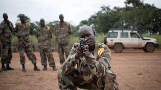 Des soldats des Forces armées centrafricaines s'entraînent au maniement du fusil d'assaut AK-47 au Camp Leclerc, à 600 km au nord-ouest de Bangui, le 5 août 2019. (FLORENT VERGNES/AFP)