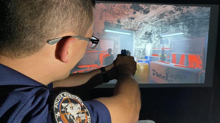 Les agents municipaux de Chambourcy, dans les Yvelines, n'ont que deux séances en stand de tir chaque année. Avec le simulateur Laser Shot, ils peuvents'entraîner quand ils le souhaitent. (LASER SHOT / DANS L'VISEUR)