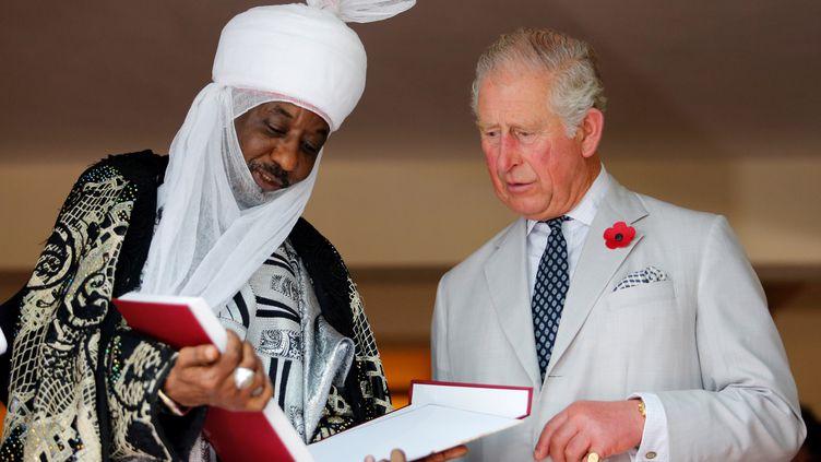 Le prince Charles en compagnie de l'émir de Kano, Lamido Sanusi, lors d'une rencontre avec les chefs traditionnels le 6 novembre 2018. (AFOLABI SOTUNDE / POOL)