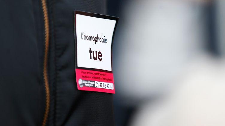 """Un autocollant """"L'homophobie tue"""" sur un blouson appartenant à un manifestant lors d'un rassemblement contre l'homophobie à Rouen (Seine-Maritime), le 3 novembre 2018. (CHARLY TRIBALLEAU / AFP)"""