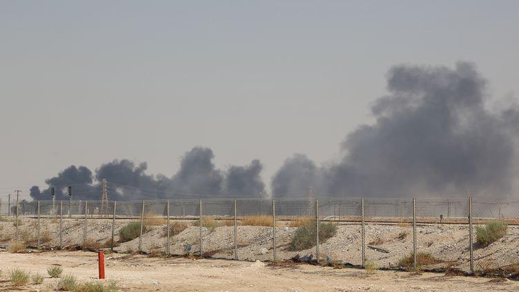 De la fumée s'échappe du site Aramco à Abqaiq, en Arabie saoudite, le 14 septembre 2019. (AFP)