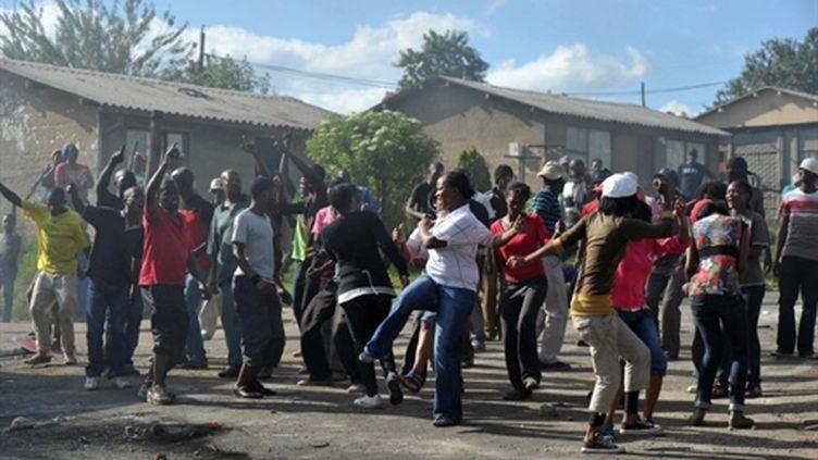 Des manifestants protestent violemment contre la pauvreté et le chômage dans le bidonville d'Ermelo (AFP/STR)