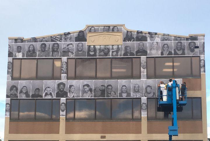 Des portraits d'Américains pris dans le cadre du projet Inside Out de JR sont collés sur la façade d'un bâtiment de Dallas, au Texas  (Michael Mates / AFP)