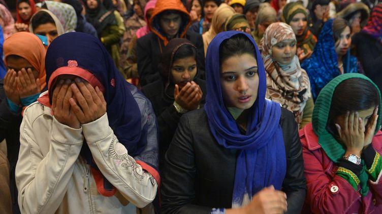 Un commando taliban, composée de deux jeunes d'une vingtaine d'années et de deux adolescents, s'en est pris à l'université Bacha Khan, dans le nord-ouest du Pakistan.Cette attaque rappelle le pire attentat qu'ait connu le pays, perpétré en 2014 dans une école de Peshawar (plus de 150 morts, en majorité des élèves). Elle jette aussi une ombre sur le bilan des autorités en matière de sécurité, pourtant érigée en priorité absolue. Une faction du mouvement taliban pakistanais Tehreek-e-Taliban Pakistani a revendiqué l'opération, mais a été désavouée par la principale composante du mouvement. La même faction avait revendiqué l'assaut contre l'école de Peshawar. Celui du 20 janvier 2016 «a été lancée en représailles à l'opération Zarb-e-Azb», vaste offensive antiterroriste menée par l'armée dans les zones tribales du nord-ouest frontalières de l'Afghanistan, a déclaré l'un de ses commandants. (AFP - Farooq NAEEM)