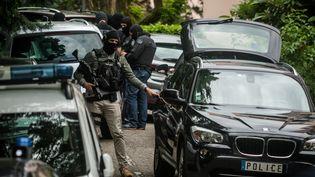 Des policiers le 27 mai 2019 à Oullins (Rhône), en banlieue lyonnaise, après l'arrestation d'un suspect dans l'enquête sur l'explosion d'un colis piégé. (NICOLAS LIPONNE / NURPHOTO / AFP)