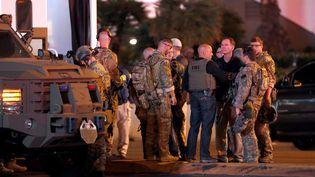 Des agents du FBI et des militaires à Las Vegas (Etats-Unis) après la fusillade qui a fait 50 morts et plus de 400 blessés, dimanche 1er octobre 2017. (STEVE MARCUS)
