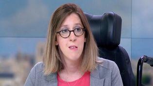 Invitée du 13 heures, Sarah Salmona interpelle Emmanuel Macron, le nombre d'heures d'aide auquel elle a droit a été diminué. (FRANCE 2)