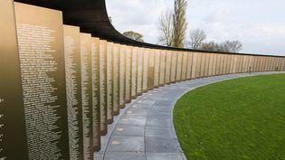 Anneau de la Mémoire, Pas-de-Calais, 58000 noms de soldats de toutes nationalités, inscrits sur 500 plaques d'acier formant une ellipse  (DENIS CHARLET / AFP)