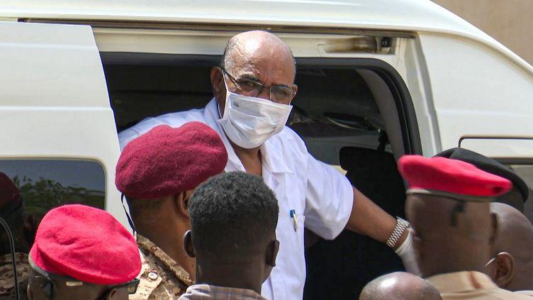 L'ancien président soudanais Omar el-Béchir arrive à son procès à Khartoum (Soudan), le 21 juillet 2020. (MOHAMMED ABUAMRAIN / AFPTV)
